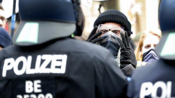 Almanya'da hükümetin Covid-19 politikası protesto edildi