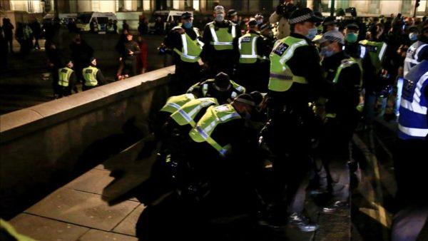 İngiltere'de karantina protestosunda 104 kişi gözaltına alındı